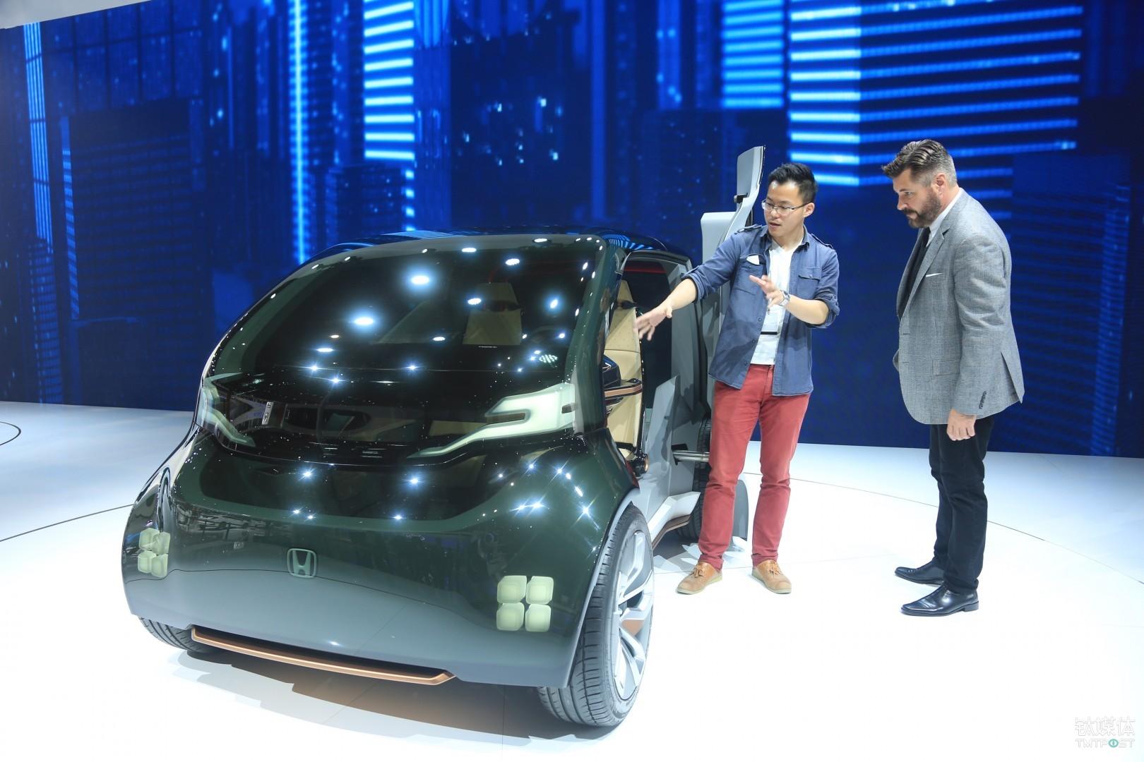 鈦媒體記者(左)現場同Jirad(右)體驗Honda概念車,(右)